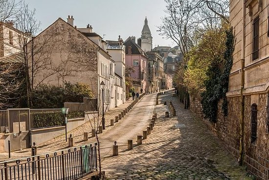 Walking tour of Montmartre and tea time in a secret garden - with local guide Resmi