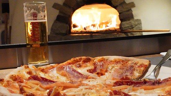 Die knusprige Pizza frisch aus dem Holzofen..... bon app!