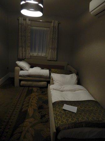 แม้ห้องพักที่พวกเราเข้าพักจะไม่ใหญ่โตแต่เครื่องนอนคุณภาพดีและสะอาดมาก รวมถึงเตียงเล็กสำหรับเด็ก