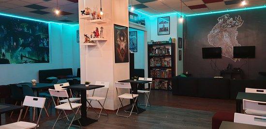 Atmosfera Cyberpunk, una mascotte Mecha, giochi da tavolo, videogames, sfizi gastronomici e drink : questo é il Project Neverland !