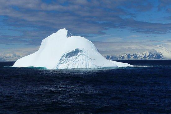 Paradise Harbour: Ein Eisberg in der Sonne.