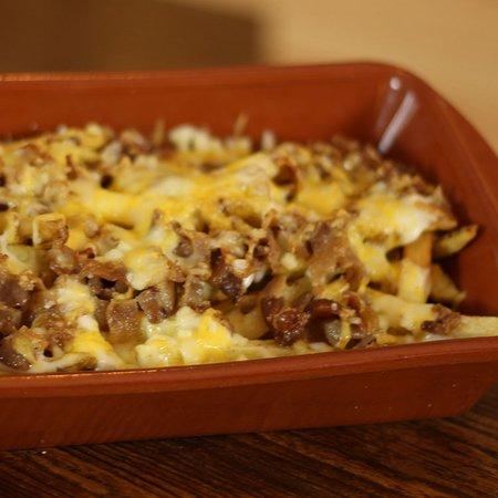 GRATINADAS BACON. Patatas fritas, bechamel, cheddar y mozzarella gratinados y bacon.