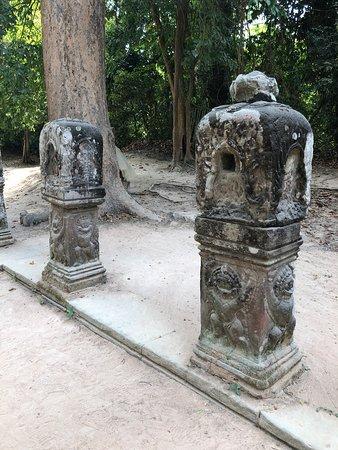 Preah Khan - standing statues