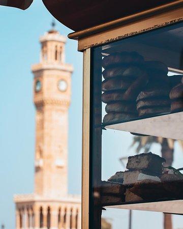 Izmir, Türkei: The famous Turkish delicacy #Simit, known as #Gevrek in İzmir is the perfect snack when touring the beautiful city. 📷 husnuertaslarphoto / IG #İzmir #İzmirClockTower #GoTurkey