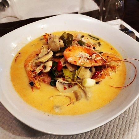 Tom yum koong soupe à la citronnelle, champignons et crevettes