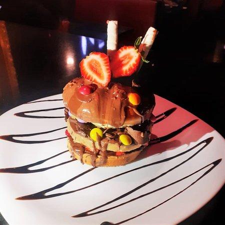 TENTAÇÃO BURGUER🍔🍫🍓 ⠀⠀⠀⠀⠀⠀⠀⠀⠀ - Blend de paçoquinha! - Morangos - M&Ms - Chocolate preto - Raspas de chocolate meio amargo - Chocolate branco - Palitinhos crocantes