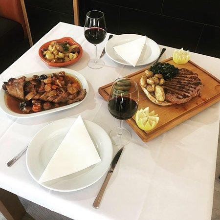 """Apresentação de dois pratos de carne para o programa """"Aqui Portugal"""" - Lombo de porco à Valpaços e Nacos em pão centeio"""