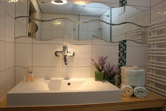 Moderne Einrichtung aus heimischen Hölzern ina allen Badezimmern.