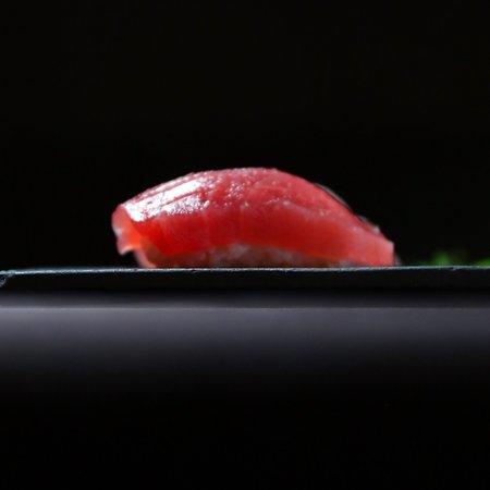 赤酢を使用したカウンターで握る江戸前鮨