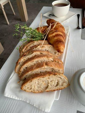 selbst gebackenes Brot mit Thymian