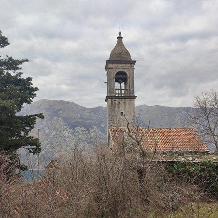 Donji Stoliv, Montenegro: Верхний Столив  очень красивое место.вид сверху захватывает.рекомендую для посещения.поднисаться по ступенькам минут 40 это того стоит.если вы на авто,машину можно спокойно оставить внизу