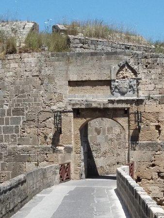 L'une des portes accédant à la vieille ville.