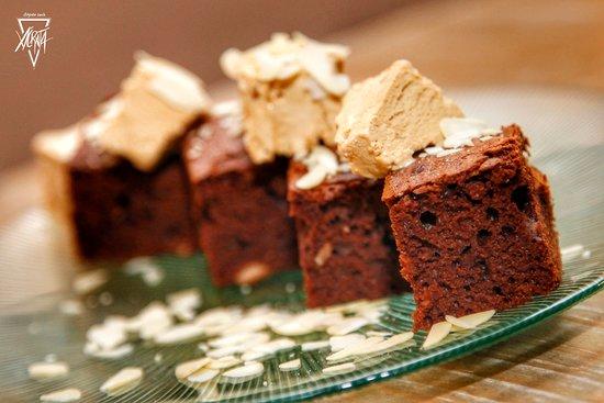 Brownie de chocolate y avellanas con helado de turrón