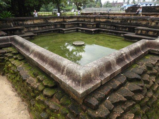 Polonnaruwa, Sri Lanka: Maybe royal did not appreciate all the angles but the common folk do.