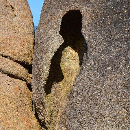 Trilha e Projeto Pedra dos Quatro Furos. Visitas guiadas por pesquisadores e profissionais credenciados. Parceria do IRATU.ORG e Sambaqui Turismo e Cultura. Contatos Sambaqui Turismo e Cultura