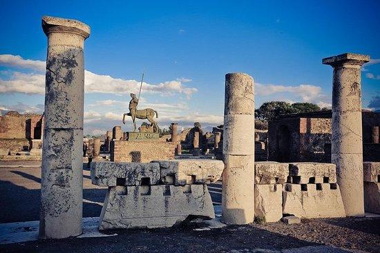 Ruines de Pompéi et mont Vésuve avec...