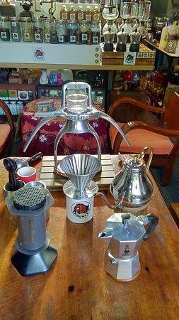 กาแฟไทยแท้และนำเข้าจากต่างประเทศมีให้เลือกชิมรสที่แตกต่างตามพื้นที่ปลูกมากกว่า 50 แหล่งทั่วโลก