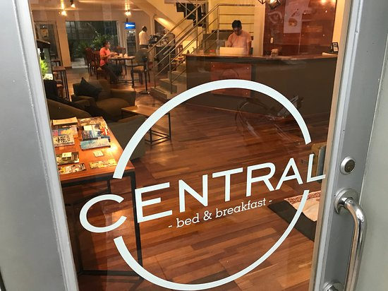 Central Bed & Breakfast: View from the street / vista de la calle