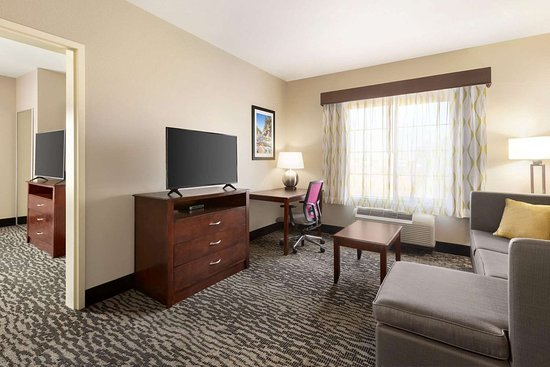 La Quinta Inn & Suites by Wyndham Fresno Northwest: Suite