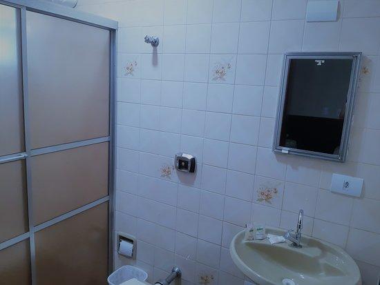 Assis Chateaubriand, PR: Banheiro apto.