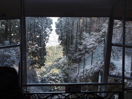 標高が上がると、周囲は雪景色へ