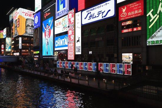 道頓堀川河面兩旁建築物矗立許多廣告招牌