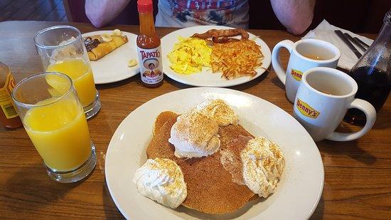 Lost Hills, Californië: Tres Leches Pancake y, al fondo, Banana Choco Crepe Breakfast