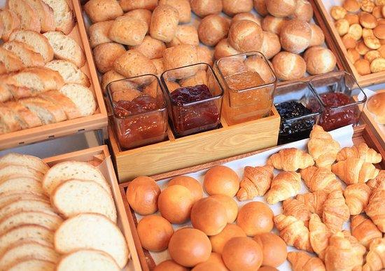 【朝食ビュッフェ】焼きたてパンも種類豊富です。