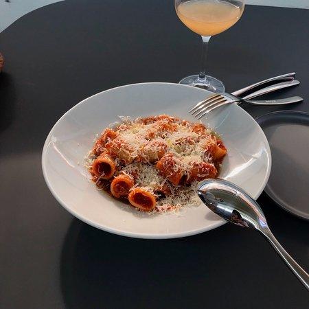 세이페찌는 이탈리아 나폴리식 피자를 기반으로 사전발효반죽을 통해 조금 더 건강하고 색다른 도우를 만듭니다. 토핑의 맛이 아닌, 도우와 토핑의 자연스러운 조화를 위해 연구, 노력하며 어린아이부터 나이드신 분들까지 부담없이 즐길 수 있는 피자를 만듭니다. 또한 일반 도우 뿐만 아니라 통밀, 호밀, 글루텐프리 도우도 준비되어 있기 때문에 고객분들 기호에 맞게 도우 선택이 가능합니다. 어디에서나 먹을 수 있는 피자가 아닌 세이페찌만의 피자를 만드려고 직원 모두가 노력합니다. 또한 화학첨가물이나 화학비료를 사용하지 않고 최대한 자연 그대로의 양조 된 내추럴와인만 취급하고 있으며 부담없이 샘플러로도 즐길 수가 있습니다.