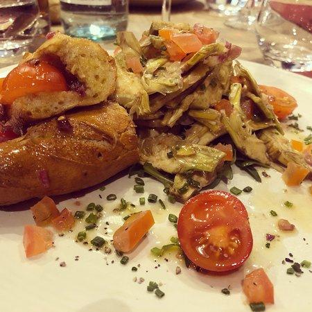 Salade d'artichaut violet et sandwich de tomates
