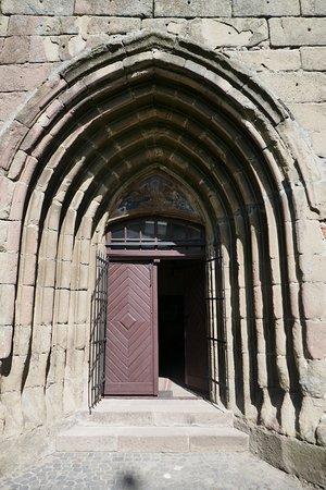 Harman, il portale gotico della chiesa