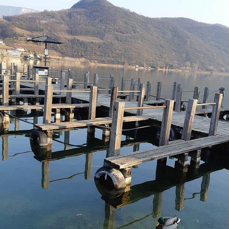 La bellezza di questo Lago...a pochi kilometri dal centro di Bolzano....meta turistica con i suoi camping ,hotel e ristoranti in riva al lago.....lidi nel verde...e belle passeggiate...