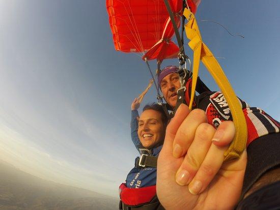 Aqui nuestra amiga Venus Gil Jimenez dirigiendo su paracaidas despues de la caida libre con Paco Romero.Lo hiciste muy bien.Ahora te falta hacer el curso y saltar sola....Enhorabuena Venus