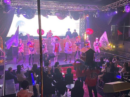 Osaka Night Fusion: シャンパンを持ったダンサーさんと大きな神輿! このあとシャンパンはお客さんにふるまわれました!