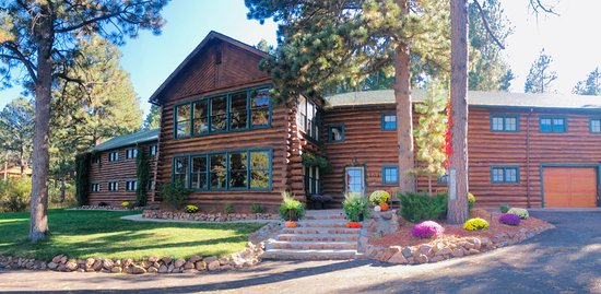 Palmer Lake, Колорадо: Front view of the lodgeThe Lodge at  Historic Pinecrest. Built in 1931 for staff housing for the surrounding youth camp. Resurrected by Jess and Maria Smith in 1994. Over 8,000sq ft. of hand hewn pine harvested from the area where the lodge now stands. Photos by Jess Smith
