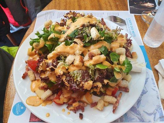Les Marecottes, İsviçre: Salade montagnarde (croûtons, lardons, œuf et dés de fromage) (20 fr.)