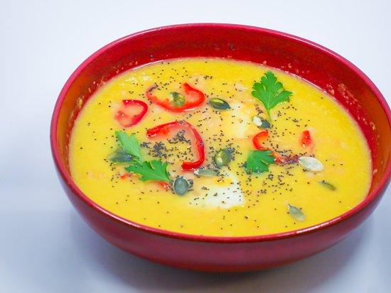 Velouté de lentilles corail-butternut, lait de coco, fromage halloumi grillé