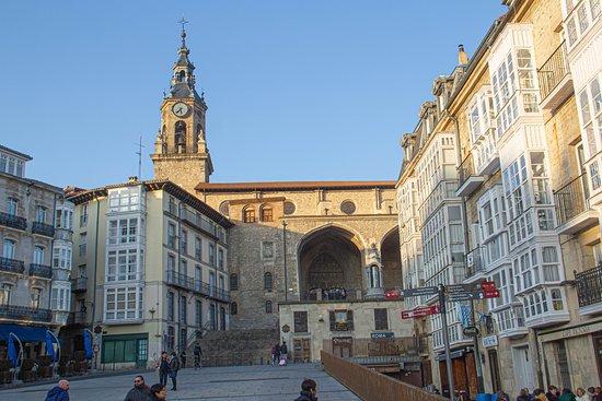 Plaza Virgen Blanca con la Iglesia de San Miguel