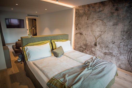 Sky Suite Nori, 43 mq, situata l 5 piano, balcone ampio ad ovest, terrazza privata al 6 piano con outdoor jacuzzi riscaldata e vista panoramica lago montagna città.doppia con possibilità terzo letto.