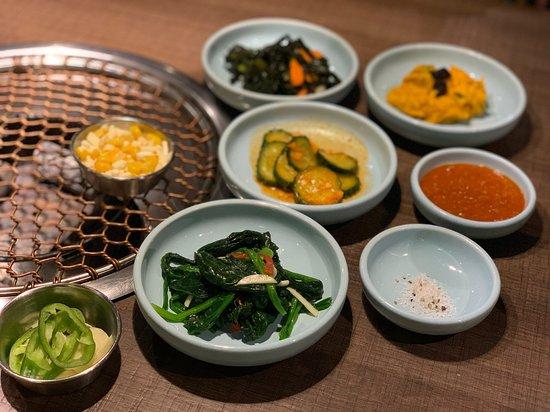 和其他韓式餐廳一樣, 上菜之前都會提供多款前菜, 有涼拌小黃瓜、菠菜、南瓜、海帶、芝士粟米