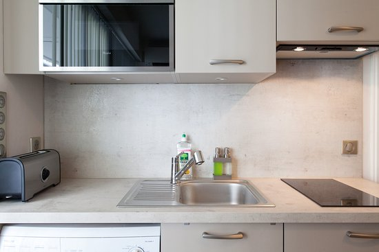 Cannes, Francie: Cuisine équipée, plaques vitrocéramiques, four, four micro-onde, réfrigérateur, congélateur, lave-linge