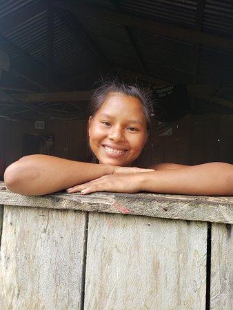 San Martin de Amacayacu, Colombia: Una chica Ticuna sonriente, hermosa y feliz.  Una existencia básica, simple y llena de felicidad.