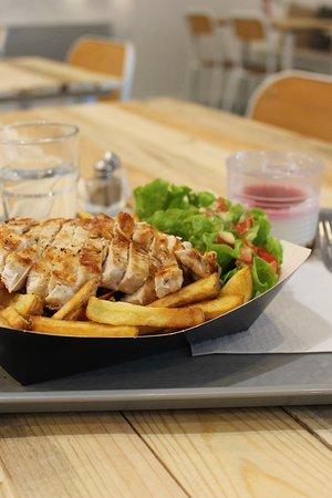 Du blanc de poulet avec frites maisons et sauce au poivre