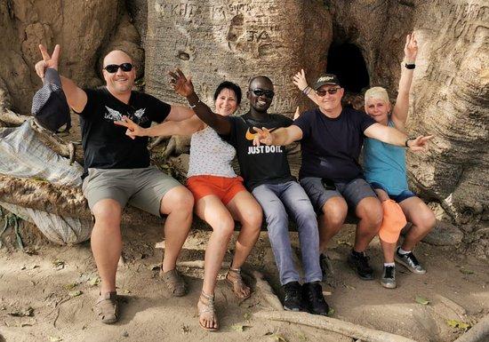 Fadial, Senegal: Visites du plus grand baobab du senegal qui fait 32 m2 de circumference. Les belles photos de souvenirs