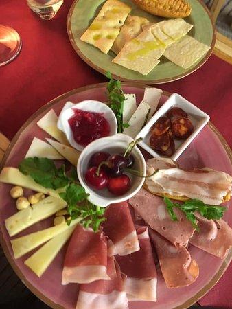 Degustazioni sempre nuove con eccellenze locali selezionate a rotazione e vini in abbinamento studiato