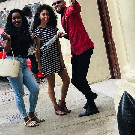 Estábamos fuera del bar hablando con uno de nuestros #hoster #thiago_gomexx acerca del cambio repentino del clima, y de pronto se lanza a correr, había visto dos chicas que buscaban un lugar para comer, rápido llegó a ellas y capturé está hermosa imágen.  Pues si logró pasar a estas hermosas jóvenes que no demoraron en crear un ambiente de alegría e incluso hacer una nueva amiga. También nos regalaron bellas fotos que compartiremos con ustedes #elizaldehavana #barrestaurantedecuba #barrestaurant