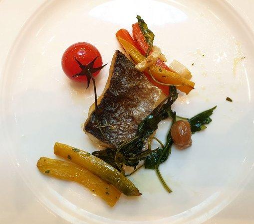 Sunday Brunch (2019.06.23.) Grillezett tengeri sügér, tapenade (olívabogyó, olívaolaj és némi kapribogyó összemixelve) vajas zöldségkörettel.