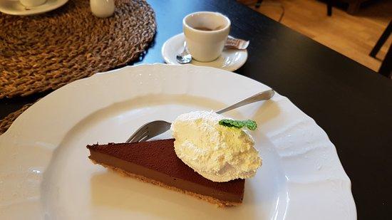 Neratovice, Czech Republic: Dokonalé!!! A káva skvělá. ČOKOLÁDOVÝ DORT SE SUŠENKOVÝM KORPUSEM A TVAROHOVÝM NOČKEM