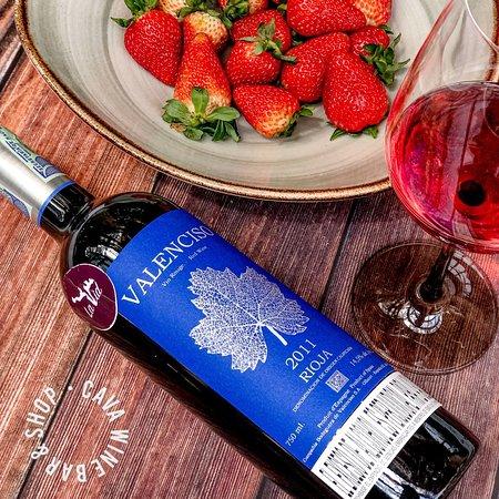 Hey wine lover!  Hoy te recomendamos este Valenciso 2011 Tempranillo de la región de Rioja, España 🇪🇸   Es elegante, sabroso, pleno de volumen aromático, un vino que sin pesar en la boca, la envuelve por su volumen aromático y sútil.  Puedes encontrar este vino en nuestro wine bar o pedirlo a domicilio y en 45 min lo tendrás en casa.   Recuerda mañana nuestra cata de vinos argentinos 🇦🇷🍷 a las 7 p.m.  reserva tu cupo por mensaje directo 😉