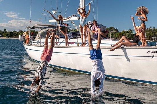 51英尺游艇在努沙佩尼达周围的日出巡游